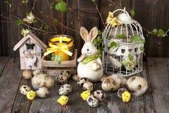 Composición de Pascua con el conejo y los huevos Foto de archivo libre de regalías