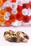 Composición de Pascua con la decoración festiva de las flores y huevos de las invitaciones tradicionales los mini Fotografía de archivo libre de regalías