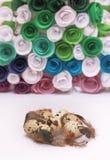 Composición de Pascua con la decoración festiva de las flores y huevos de las invitaciones tradicionales los mini Foto de archivo