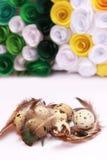 Composición de Pascua con la decoración festiva de las flores y huevos de las invitaciones tradicionales los mini imagen de archivo libre de regalías
