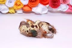 Composición de Pascua con la decoración festiva de las flores y huevos de las invitaciones tradicionales los mini foto de archivo libre de regalías