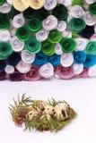 Composición de Pascua con la decoración festiva de las flores y huevos de las invitaciones tradicionales los mini fotografía de archivo