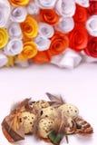 Composición de Pascua con la decoración festiva de las flores y huevos de las invitaciones tradicionales los mini imagenes de archivo