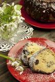 Composición de Pascua con la rebanada sabrosa de la torta Fotos de archivo libres de regalías