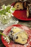 Composición de Pascua con la rebanada sabrosa de la torta Foto de archivo libre de regalías
