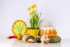Composición de Pascua con las tortas de levadura foto de archivo