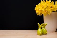 Composición de Pascua con los conejitos y el narciso Imagenes de archivo