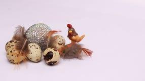 Composición de Pascua con los huevos de codornices imagenes de archivo