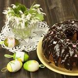Composición de Pascua con los huevos de la torta y del color Imagen de archivo libre de regalías