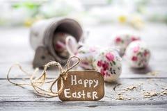 Composición de Pascua con los huevos en un cubo Fotografía de archivo