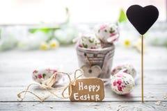 Composición de Pascua con los huevos en un cubo Imagen de archivo