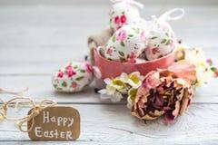 Composición de Pascua con los huevos en un cuenco Imagen de archivo