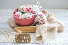 Composición de Pascua con los huevos en un cuenco Foto de archivo