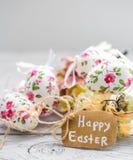 Composición de Pascua con los huevos en una caja de madera Foto de archivo