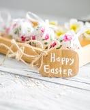 Composición de Pascua con los huevos en una caja de madera Imagen de archivo libre de regalías