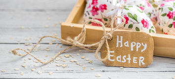 Composición de Pascua con los huevos en una caja de madera Imágenes de archivo libres de regalías