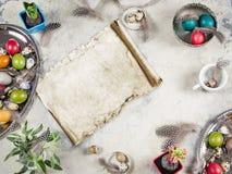 Composición de Pascua con los huevos y las decoraciones coloreados Foto de archivo libre de regalías