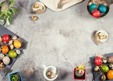 Composición de Pascua con los huevos y las decoraciones coloreados Imagen de archivo libre de regalías