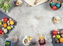 Composición de Pascua con los huevos y las decoraciones coloreados Imagen de archivo