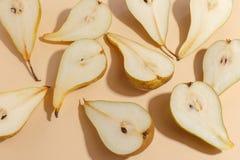 Composición de peras cortadas en un fondo beige Visión superior imágenes de archivo libres de regalías