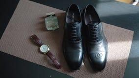 Composición de relojes, de zapatos y del agua de retrete Accesorios del ` s de los hombres almacen de video