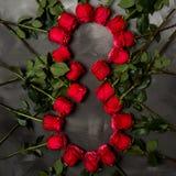 Composición de rosas rojas en fondo gris oscuro Decoración elegante lamentable romántica Visión superior Concepto del amor Rose r Foto de archivo libre de regalías