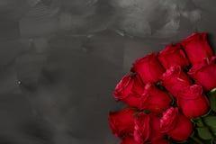 Composición de rosas rojas en fondo gris oscuro Decoración elegante lamentable romántica Visión superior Concepto del amor Rose r Fotos de archivo