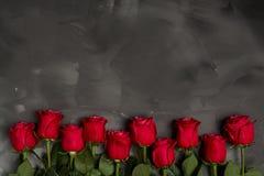 Composición de rosas rojas en fondo gris oscuro Decoración elegante lamentable romántica Visión superior Concepto del amor Rose r Imagen de archivo