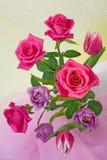 Composición de rosas y de tulipanes Imagen de archivo libre de regalías