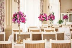 Composición de tabla de la boda con las flores color de rosa Imagenes de archivo