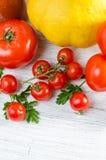 Composición de tomates grandes, cereza, calabaza, jugo en un padrenuestro Imágenes de archivo libres de regalías