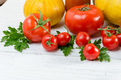 Composición de tomates grandes, cereza, calabaza, jugo en un padrenuestro Fotos de archivo libres de regalías