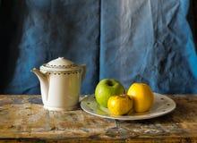 Composición de una tetera y de una placa con las manzanas Imagen de archivo libre de regalías