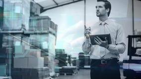 Composición de Warehouse del hombre en el almacén que sostiene una tableta combinada con la animación de a metrajes
