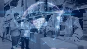 Composición de Warehouse de la gente que trabaja en el almacén combinado con la animación del torneado almacen de metraje de vídeo