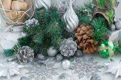 Composición decorativa de la Navidad con los elementos tradicionales del día de fiesta Foto de archivo libre de regalías