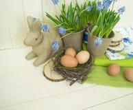 Composición decorativa de Pascua en un fondo de madera Primavera Imagen de archivo