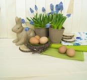 Composición decorativa de Pascua en un fondo de madera Primavera Fotos de archivo