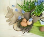 Composición decorativa de Pascua en un fondo de madera Primavera Fotos de archivo libres de regalías
