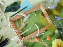 Composición decorativa del otoño de frutas, de la decoración, de verdes y de un bastidor Fotos de archivo