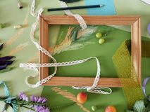 Composición decorativa del otoño de frutas, de la decoración, de verdes y de un bastidor Imágenes de archivo libres de regalías