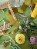 Composición decorativa del otoño de frutas, de la decoración, de verdes y de un bastidor Fotografía de archivo