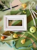 Composición decorativa del otoño de frutas, de la decoración, de verdes y de un bastidor Imagen de archivo