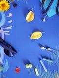 Composición decorativa del otoño de las flores amarillas, hojas, habas de espárrago, frutas, documento coloreado sobre el papel a Fotos de archivo libres de regalías