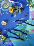 Composición decorativa del otoño de las flores amarillas, hojas, habas de espárrago, frutas, documento coloreado sobre el papel a Imágenes de archivo libres de regalías