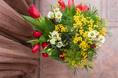 composición decorativa floral de la flor del diseño de la Aún-vida hecha de mimosas en un fondo de madera Fotografía de archivo libre de regalías