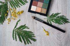 composición decorativa floral de la flor del diseño de la Aún-vida hecha de mimosas en un fondo de madera Foto de archivo libre de regalías
