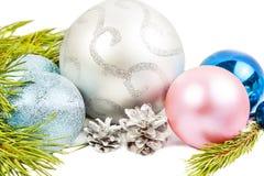 Composición del Año Nuevo con el árbol de abeto, la bola de plata hermosa y el si Fotografía de archivo