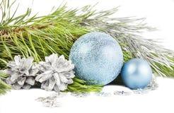 Composición del Año Nuevo con el árbol, los conos y las bolas de abeto Foto de archivo libre de regalías