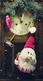 Composición del Año Nuevo con el reloj y las decoraciones viejos de pared Fotos de archivo